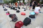 暑假图书馆火爆 学生凌晨用书包排队